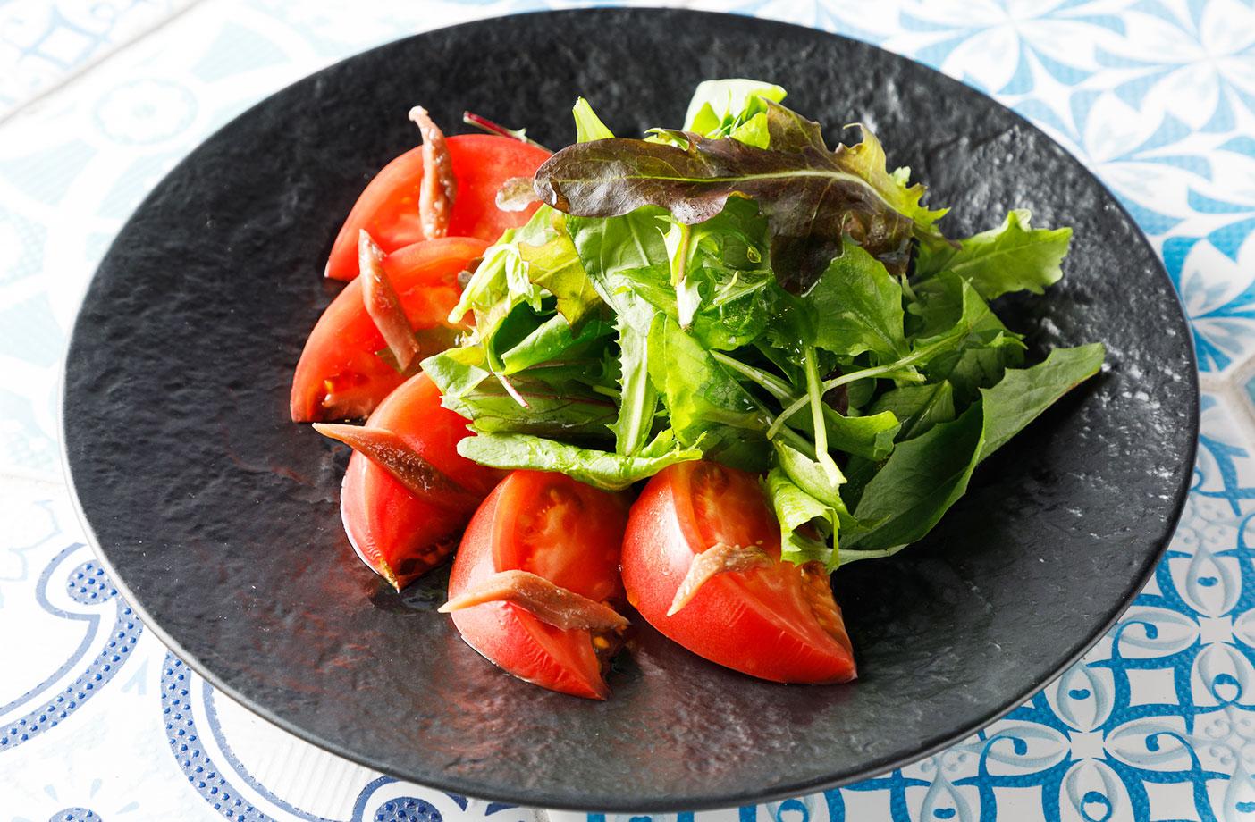 カンタブリア産アンチョビと有機ベビーリーフ、トマトのサラダ