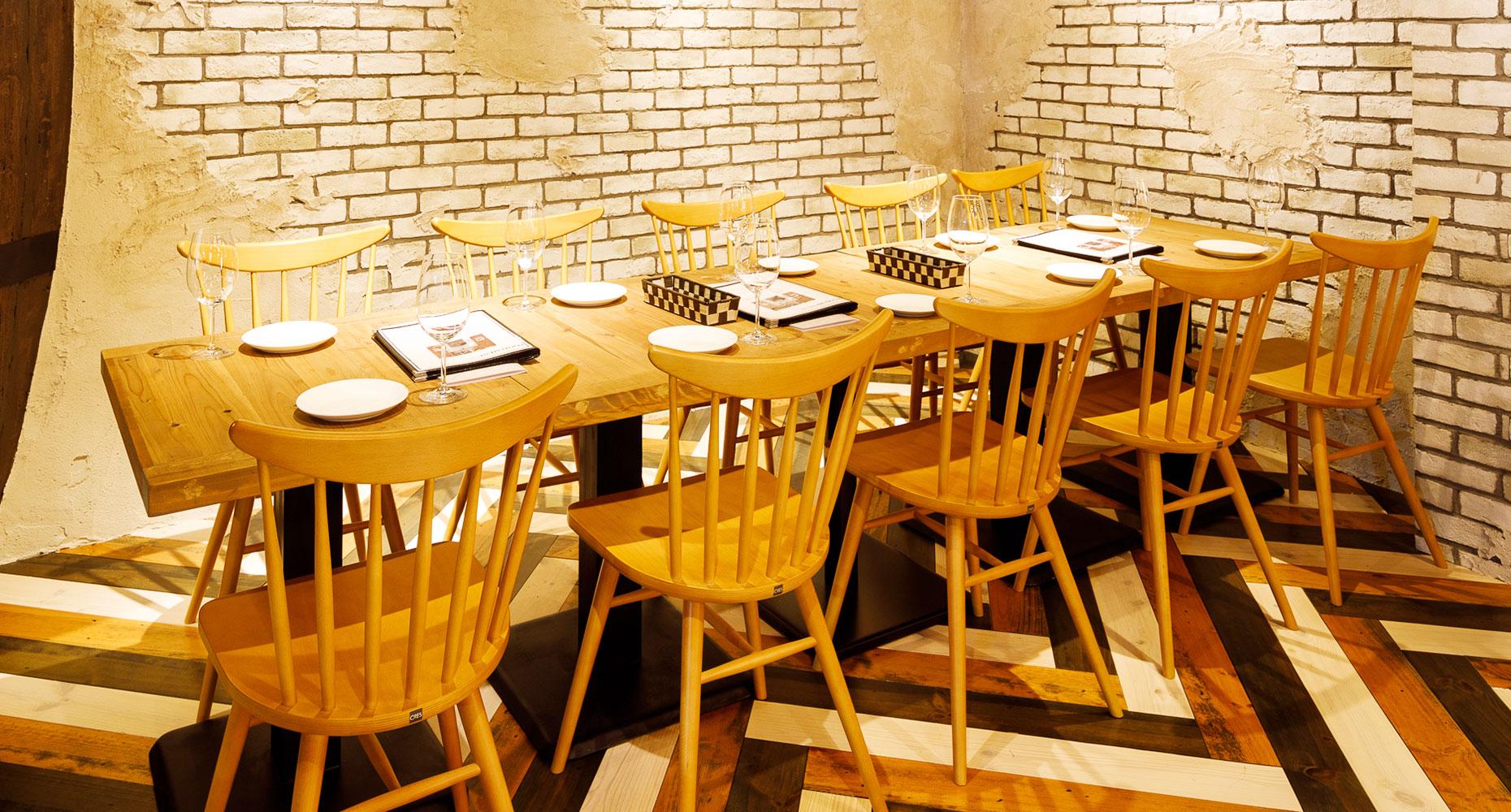 8〜12名様席2ヶ所もあり、気の合う仲間と大切なひとときをお過ごしください。